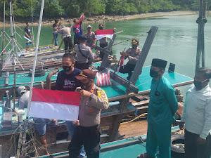 Polsek Singkep Barat Bagikan Bendera Merah Putih kepada Komunitas Nelayan di Desa Sungai Buluh