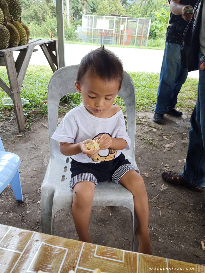 Kanak-Kanak Makan Buah Durian