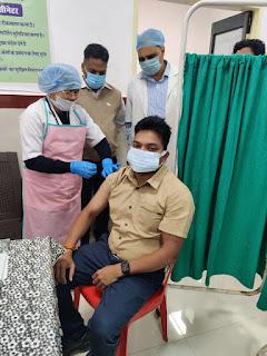 कलेक्टर श्री आर्य ने लगवाया कोविड वैक्सीन का टीका