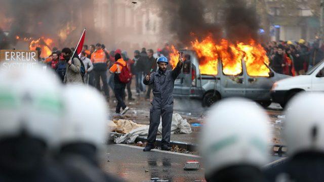UVOD U GRAĐANSKI RAT: RAZJARENI NAROD REŠIO DA IDE DO KRAJA! SVE VIŠE PREBIJENIH POLICAJACA SE VUČE PO ULICAMA PARIZA! (VIDEO)