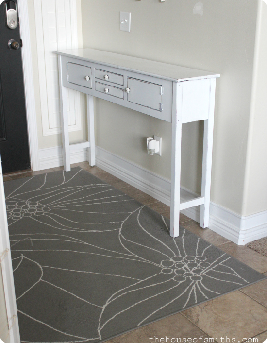How to Spray Paint Furniture - Entryway Table Redo - thehouseofsmiths.com