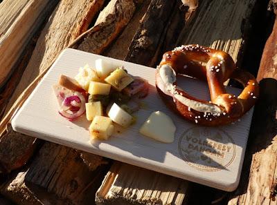 Bayerischer Käse-Wurst-Salat mit roten Zwiebeln, Gürkchen und Rettich mit Brezel