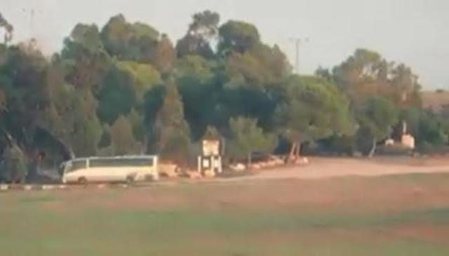 بالفيديو لحظة استهداف الفصائل الفلسطينية حافلة جنودإسرائيليينشرقي قطاع غزة.