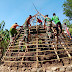 Satgas Pamtas RI - RDTL Sektor Barat Yonarmed 6/3 Kostrad Membantu Warga Dalam pembangunan Rumah adat