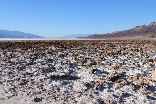 Sateet olivat pehmentäneet ja rikkoneet pintaa - kuivana varmaan kaikki on aivan valkoista kun suola nousee pintaan ja vesi haihtuu