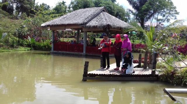 Danau di Lokasi wisata The Le Hu Garden
