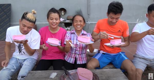 CĐM tranh cãi khi Bà Tân Vlog làm món bánh sang chảnh nhưng để lộ cảnh chó liếm đĩa rồi mời các cháu ăn