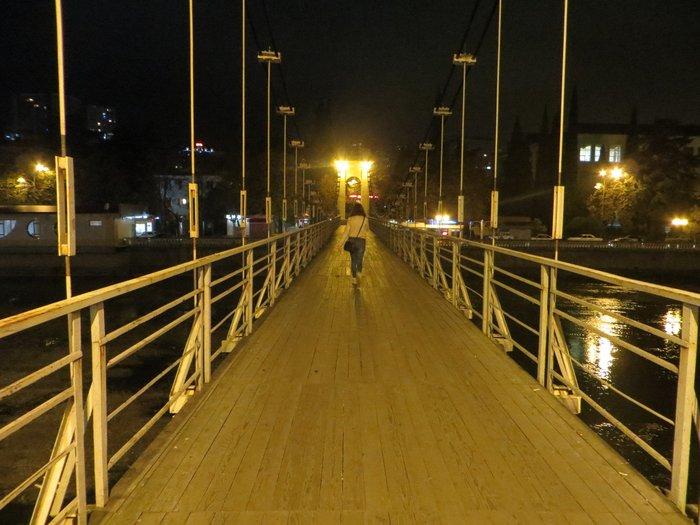 Пешеходный мост через реку в Сочи