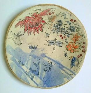 Annapia Sogliani ceramic art gallery showroom plat céramique fait décoré main libellule oiseaux poissons pulpe fleurs grande piatto ceramica fatto e decorato a mano libellua pesci fiori uccelli polipo