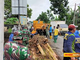 Anggota Koramil Dikerahkan Bersihkan Tumpukan Sampah