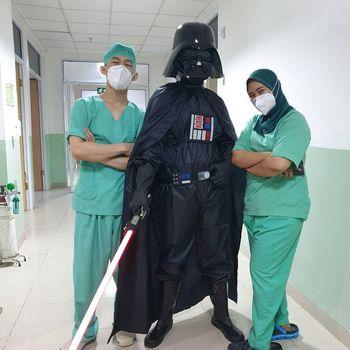 Dokter Nyentrik di Bogor Ini Viral  Pakai APD Superhero di RS