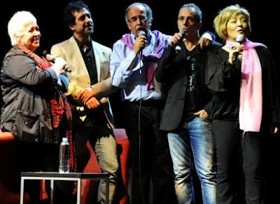 Foto de Mocedades cantando en concierto