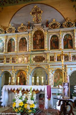 Ikonostas i współczesny ołtarz katolicki