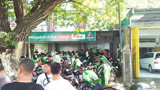 Gojek Makassar berbagi masker dan hand sanitizer kepada mitra