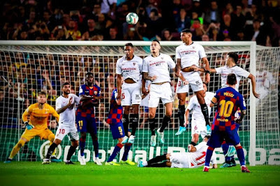Four man jumping wall. Player lying on the ground. Player on the post. Goalkeeper going the right way.  Still can't stop a #Lionel #Messi free kick 🎯