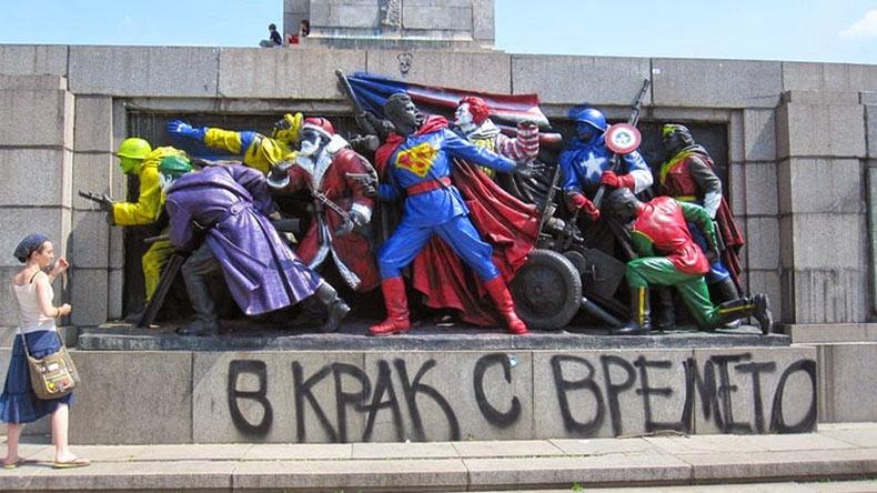 El Monumento (pintado) al Ejército Soviético | Bulgaria
