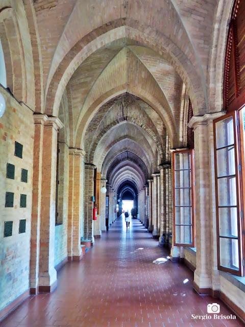 Vista ampla do corredor interno da Santa Casa de Misericórdia de São Paulo