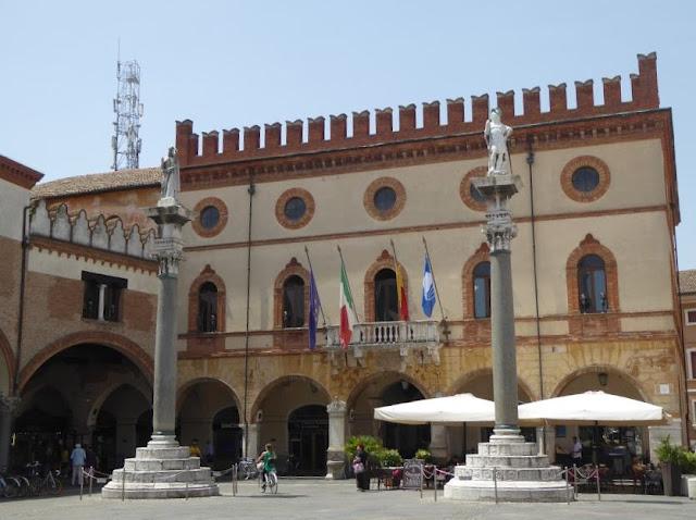 palazzo comunale in piazza del popolo a Ravenna