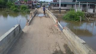 Miris, Selain Pagar Jebol, Tiang Jembatan Desa Alang-Alang Juga Turun