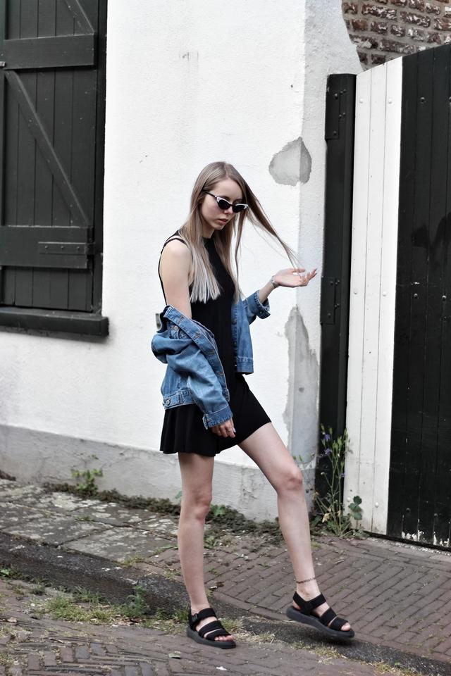 Outfit met retro Celine zonnebril van Polette minimalistische zilveren ringen Lucardi Juwelier Dr. Martens sandalen spijkerjas mode blogger