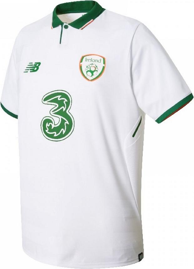 A camisa reserva é predominantemente branca com a gola e punhos na com  verde com detalhes em laranja. Compre camisas da Irlanda ... 86999d03e21fc