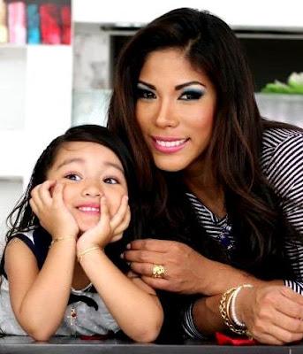 Foto de Karen Dejo con su hija más grande