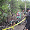 Den Pal Bersama Brimob Bone dan Koramil Sibulue Evakuasi Bom Pesawat dari Tengah Empang