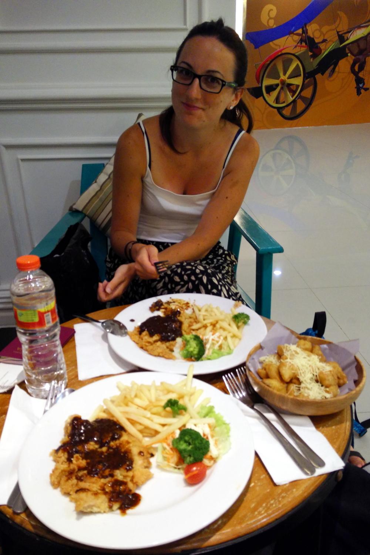 Nuestra cena en el aeropuerto de Bali