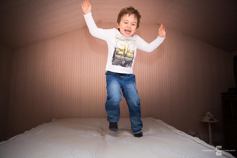seance photo photographe photographie famille enfants enfant garcon fille bébé parents papa maman fils enfant sautant sur le lit