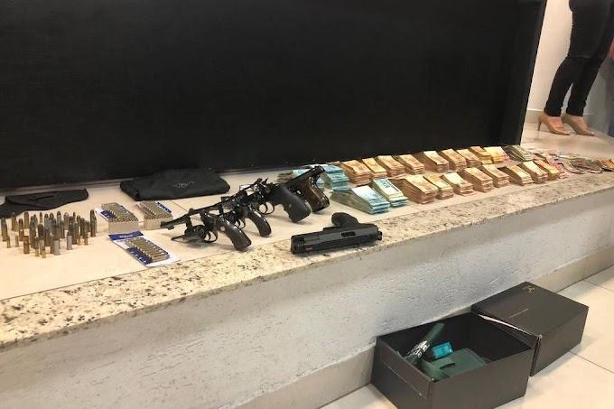 Polícia acha R$ 405 mil em dinheiro e 5 armas na casa de João de Deus