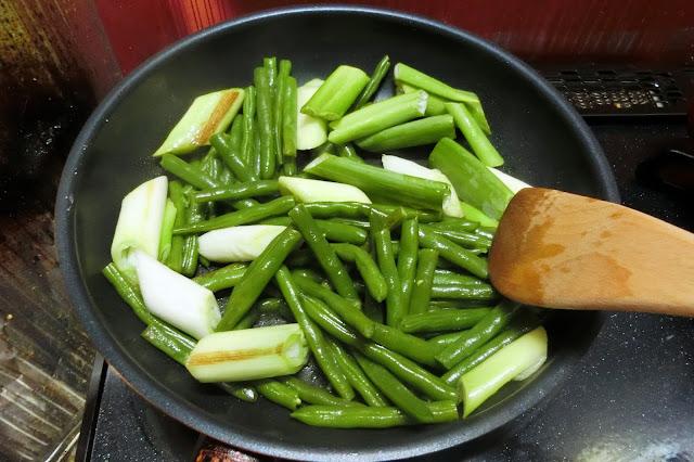 フライパンに残った油をキッチンペーパーで拭き取ったら、油(大さじ1)を入れ、いんげん、長ねぎを炒め合わせます。