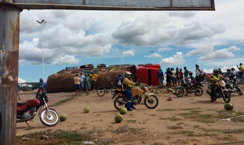 Transporte de carga tomba no contorno do Mercado do Produtor em Juazeiro (BA) - Portal Spy Noticias