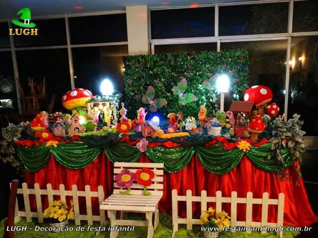 Decoração festa infantil Jardim Encantado em mesa tradicional luxo com muro inglês