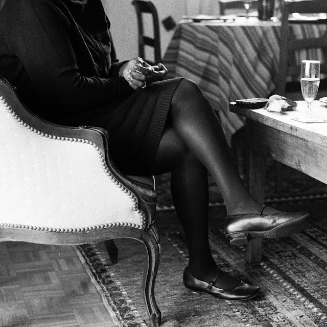 Fanta en noir dans un fauteuil blanc