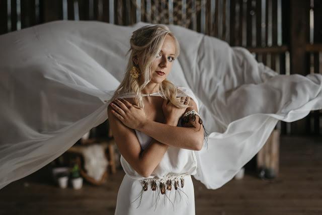 Pas na suknię ślubną z piórek.