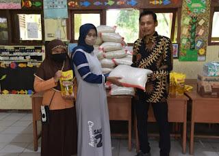 SD 19 Kampung Baru Pariaman Berikan 1 ton Beras untuk Siswa Miskin