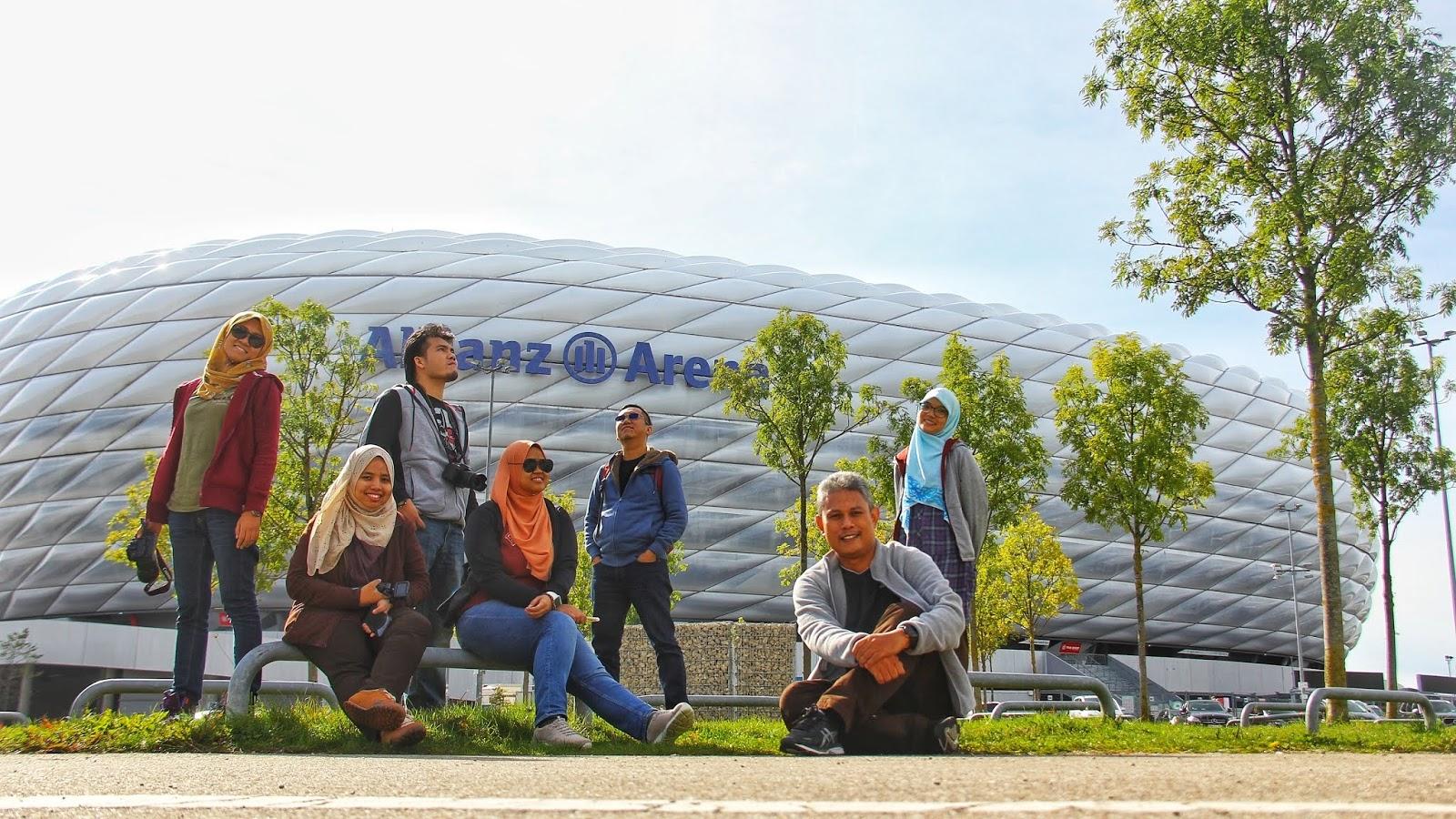 Bergambar di hadapan stadium Allianz Arena di Munich, Jerman