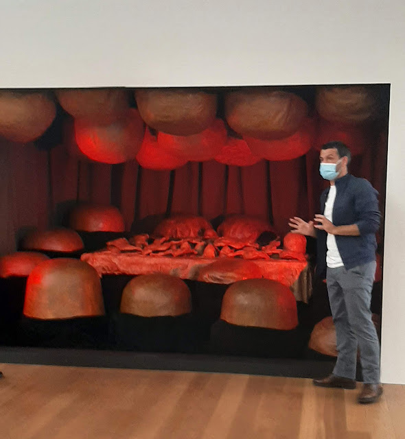 Guia explicando uma das obras da artista Louise Bourgeois esposta  no museu de Serralves