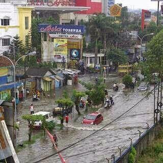 Banjir di Jl. KHZ Mustofa di depan mall terkenal di Tasikmalaya.  Sumber foto : ARG @adrizkiginanjar