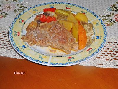Πιάτο με νόστιμες μπριζόλες λαιμού και διάφορα λαχανικά,πολυχρωμο και υγιεινό