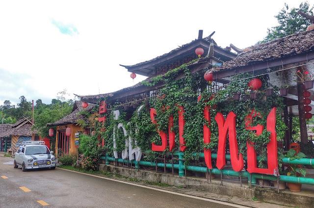 Tại đây có hơn 1.000 người Hoa sinh sống, chủ yếu bằng nghề trồng và chế biến chè. Vậy nên hình ảnh đặc trưng của nơi này chính là những đồi chè xanh mướt chẳng khác nào ở Mộc Châu, Đà Lạt hay Sapa của Việt Nam chúng mình.