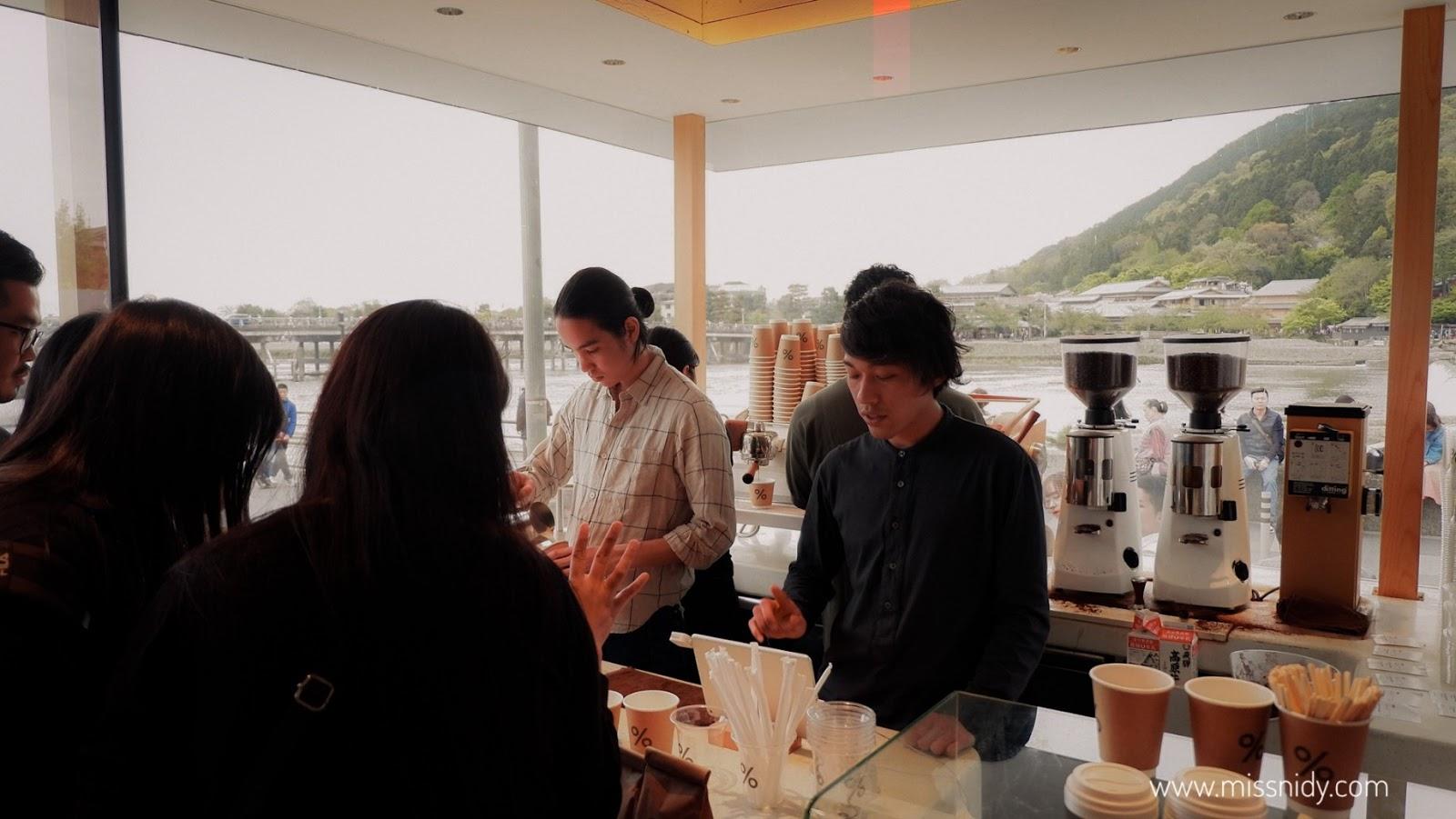 coffee shop di pinggir sungai di jepang