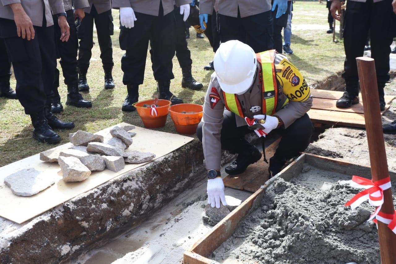 Kapolda Kalteng meletakan batu pertama sebagai tanda dimulainya pembangunan rumah dinas Satbrimob