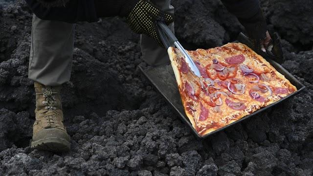 HORNEAN UNA PIZZA SOBRE LA LAVA DEL VOLCÁN PACAYÁ EN GUATEMALA