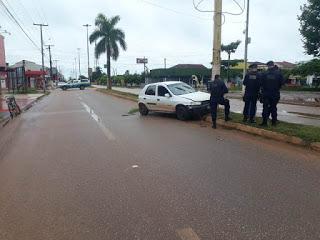 Agora Guajará: Condutor perde controle e veículo colide com poste de iluminação publica em Guajará