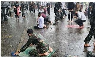 Prajurit TNI Sholat Meski Hujan Turun