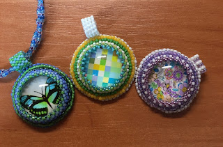 Wisiory z kaboszonami – beading embroidery i peyote