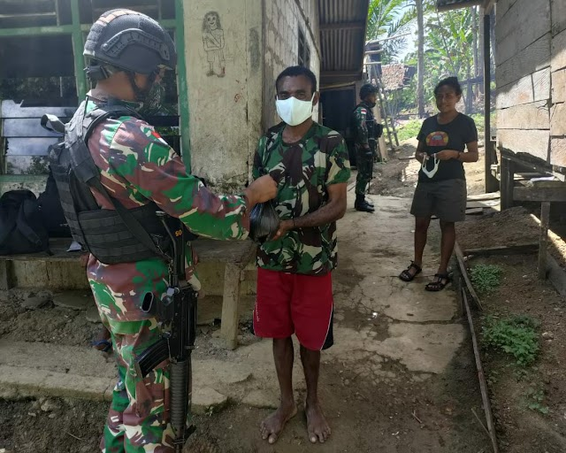 Satgas Yonif Mekanis 512/QY Bagikan Pakaian Di Tapal Batas Papua