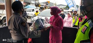 Peduli Petugas, Kapolres Dan Ketua Bhayangkari Cab Gowa Bagi Parcel di Pos Pengamanan Ops Ketupat 2021