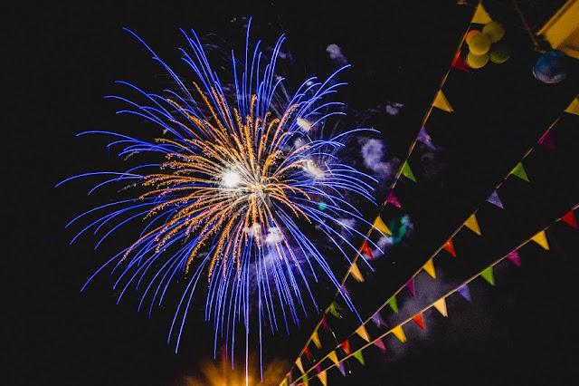 fotografiar-fuegos-artificiales-de-noche-sin-tripode